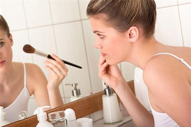 Lạm dùng mỹ phẩm có nhiều hóa chất, chất tẩy rửa là nguyên nhân gây bệnh