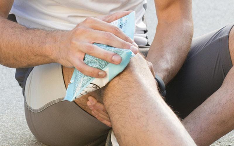 Chườm đá lạnh giúp giảm nhanh cơn ngứa trên da