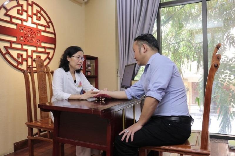 Bác sĩ Vân Anh thăm khám cho khách hàng