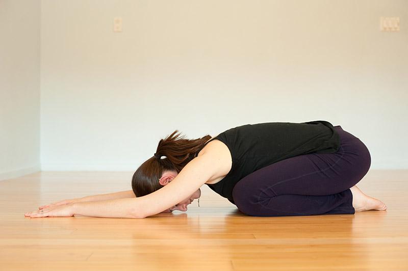 Bài tập yoga chữa thoái hóa cột sống như giãn cơ lưng có thể tập với cường độ vừa phải hoặc mạnh hơn