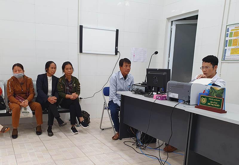 Cô Lê Thị Nhương trong buổi khám bệnh tại bệnh viện Tai Mũi Họng Quân dân 102 (Bệnh nhân áo đen - trắng)