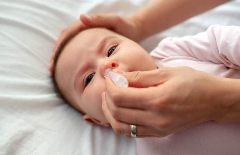 Nước muối sinh lý có khả năng kháng khuẩn, đồng thời cũng tiêu diệt vi khuẩn có hại đang cư trú trong hốc mũi
