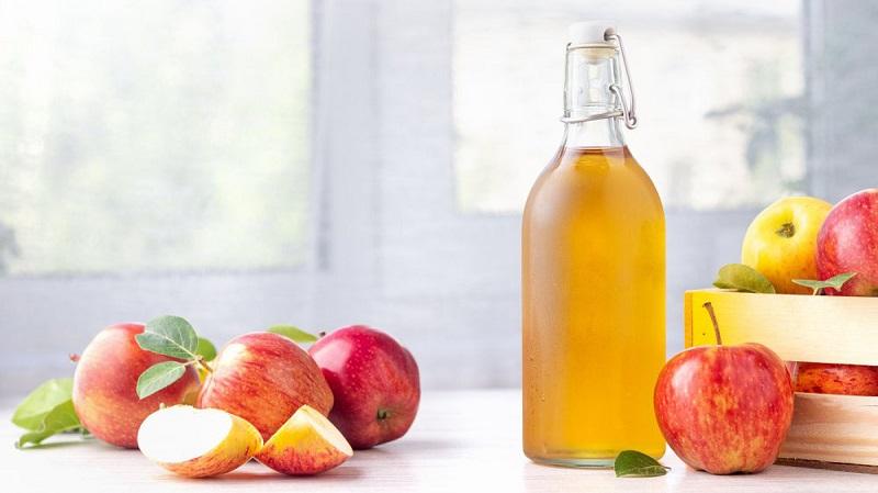 Vệ sinh vùng kín hằng ngày bằng giấm táo có khả năng làm sạch tương tự với nước muối.