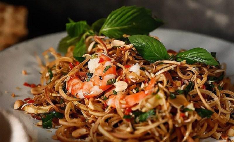 Nộm hoa chuối là món ăn dân dã quen thuộc của gia đình Việt