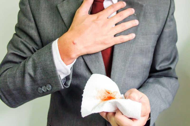 Ho ra máu có thể là dấu hiệu của bệnh lao phổi