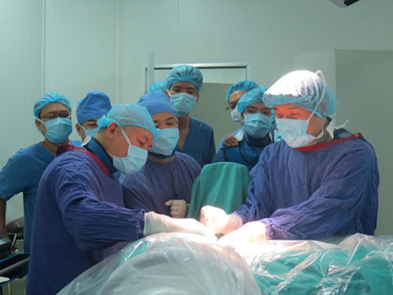 Mổ thoát vị đĩa đệm ở bệnh viện Việt Đức gồm 2 phương pháp là mổ hở và mổ nội soi