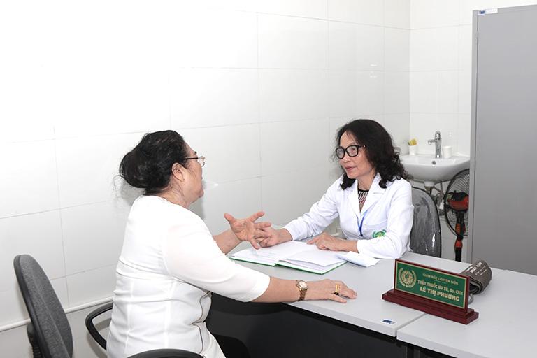 Nghệ sĩ Kim Xuyến được bác sĩ lê Phương giải thích cụ thể về bệnh viêm xoang