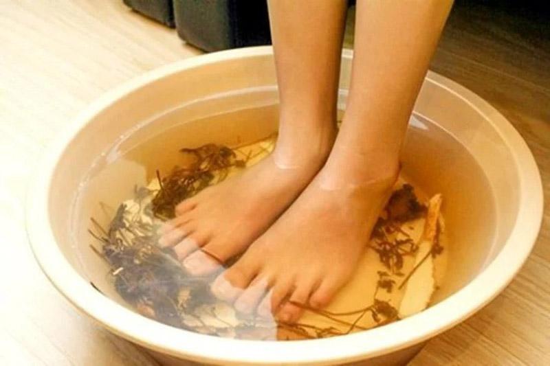 Giữ vệ sinh chân luôn sạch sẽ để hạn chế ngứa, khó chịu