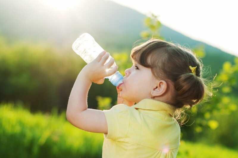 Uống nhiều nước, sữa cũng có thể gây ra đái rắt ở trẻ