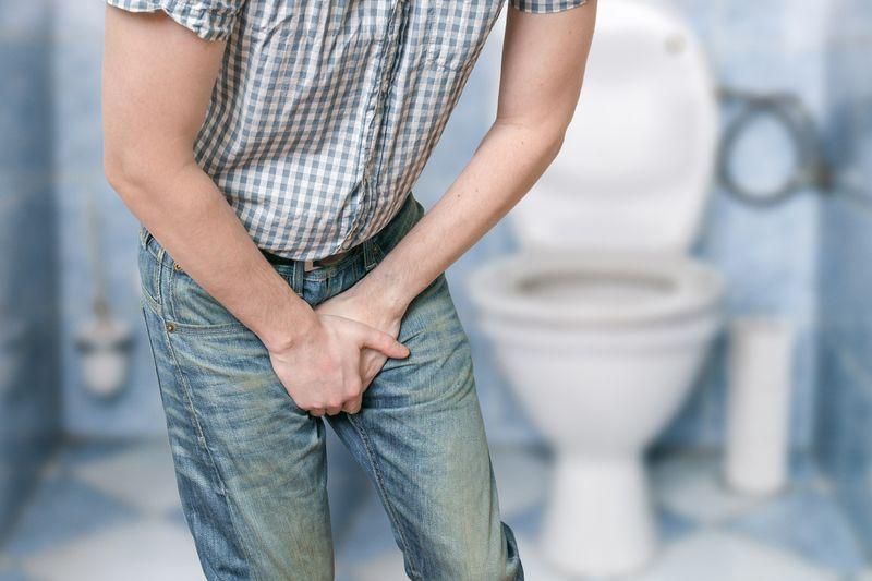 Nhiễm trùng đường tiểu có thể là nguyên nhân gây ra chứng đái rắt ở nam giới