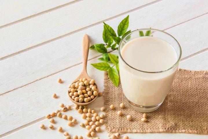 Sữa đậu nành là thức uống có nguồn gốc từ thực vật và chứa nhiều chất dinh dưỡng