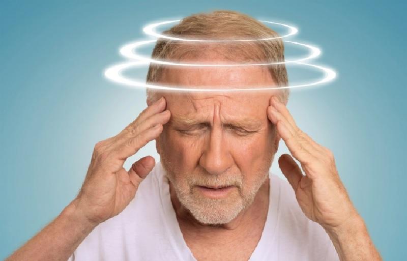 Thận âm suy yếu có thể kèm theo triệu chứng đau nhức đầu, choáng váng, ù tai