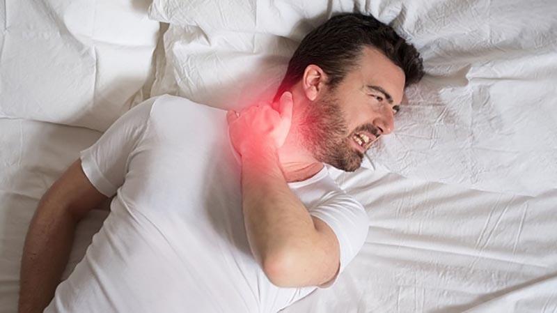Triệu chứng cứng cổ thường xảy ra vào buổi sáng ngay sau khi ngủ dậy