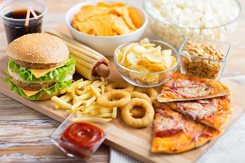 Bên cạnh các thực phẩm hỗ trợ điều trị viêm lộ tuyến, chị em cần hạn chế sử dụng nhóm thức ăn chứa nhiều dầu mỡ