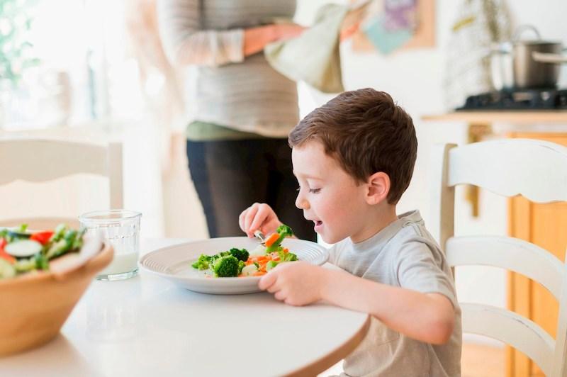 Nên xấy dựng cho trẻ chế độ ăn uống khoa học để phòng ngừa mắc bệnh