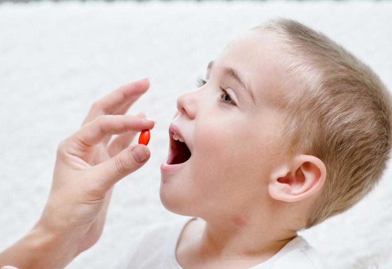 Thuốc Tây có hại cho trẻ nhỏ vì vậy không nên tự ý cho trẻ dùng thuốc