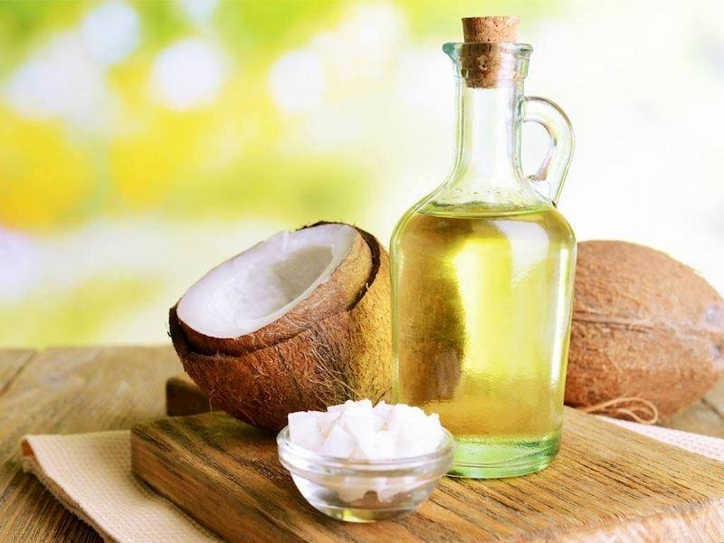 Massage bụng bằng dầu dừa cũng là biện pháp giảm trào ngược dạ dày thực quản ở trẻ em