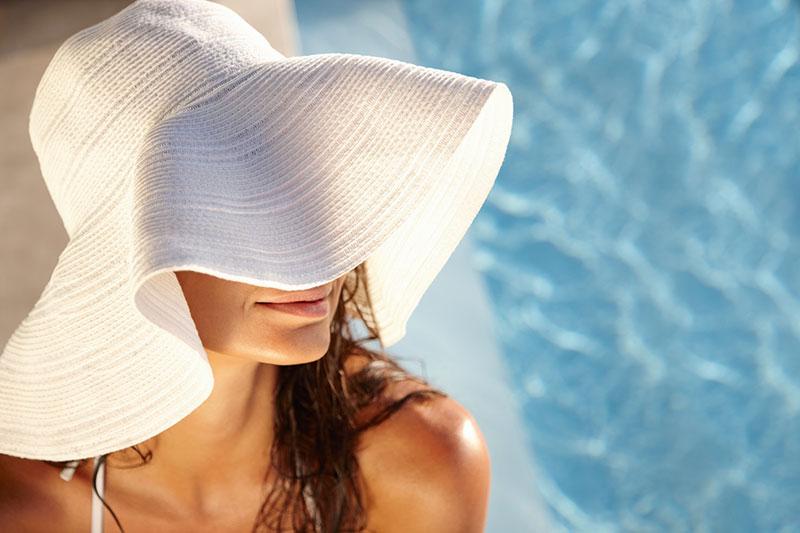 Không để da tiếp xúc trực tiếp với ánh nắng mặt trời, khói bụi