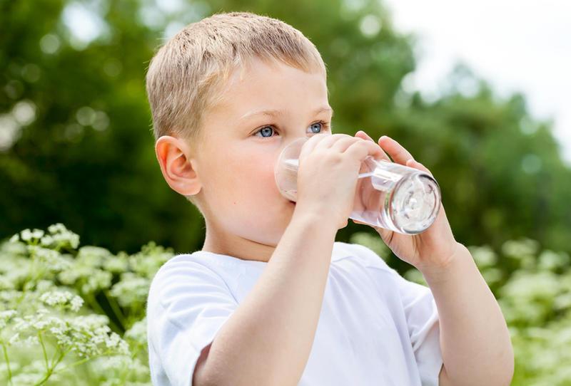 Khi bị dị ứng cha mẹ nên cho trẻ uống nhiều nước