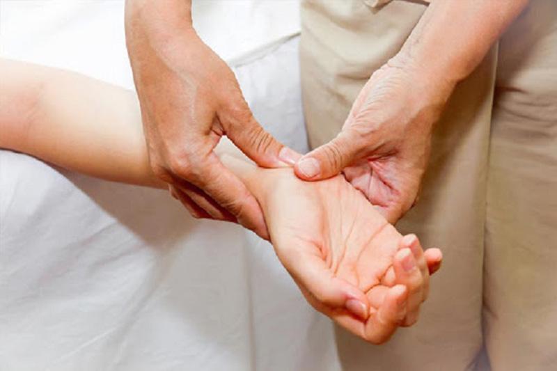 Chống xuất tinh sớm bằng cách bấm cổ tay đơn giản nhưng hiệu quả tức thời