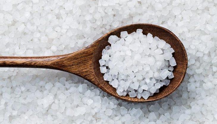 Muối có đặc tính sát khuẩn, kháng viêm nên được sử dụng để điều trị bệnh mề đay