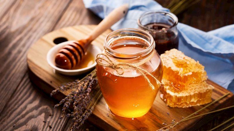 Uống mật ong với nước ấm là mẹo giúp giảm cơn đau nhanh chóng