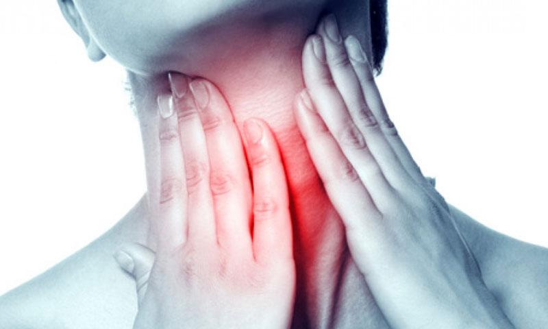 Ho kèm đau họng là triệu chứng điển hình của ho sổ mũi