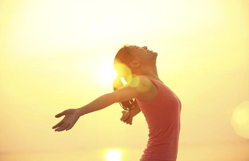 Tắm nắng giúp thúc đẩy quá trình hấp thu canxi cho cơ thể bệnh nhân gai cột sống