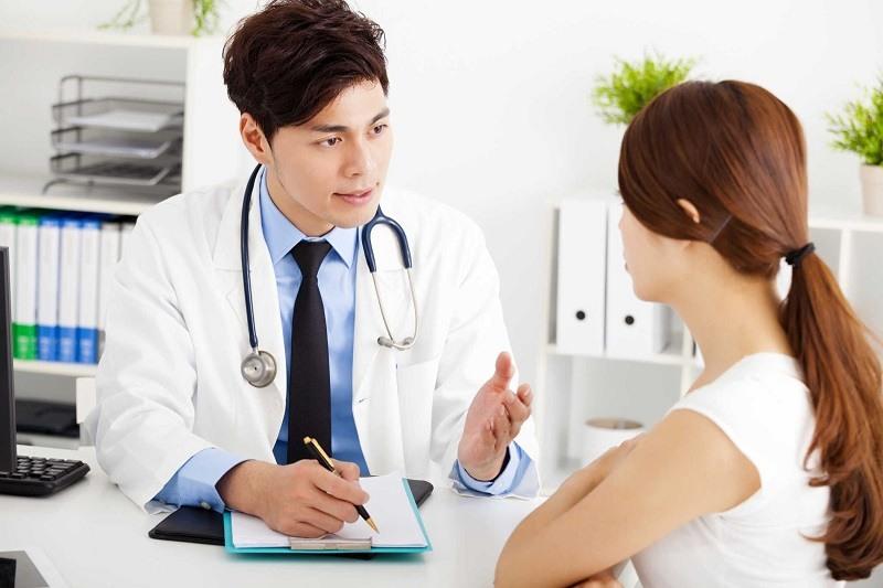 Thăm khám bác sĩ khi có triệu chứng ho để bệnh không kéo dài