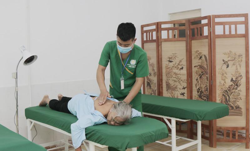 Cùng với điều trị bằng thuốc bệnh viện có sử dụng thêm vật lý trị liệu để tăng hiệu quả