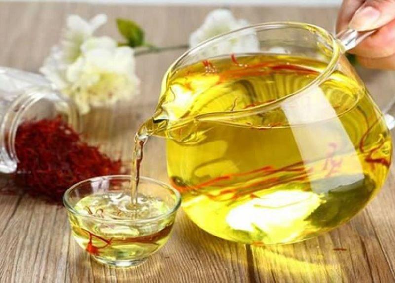 Nhụy hoa nghệ tây kết hợp với hoa cúc là cách pha trà được nhiều người sử dụng