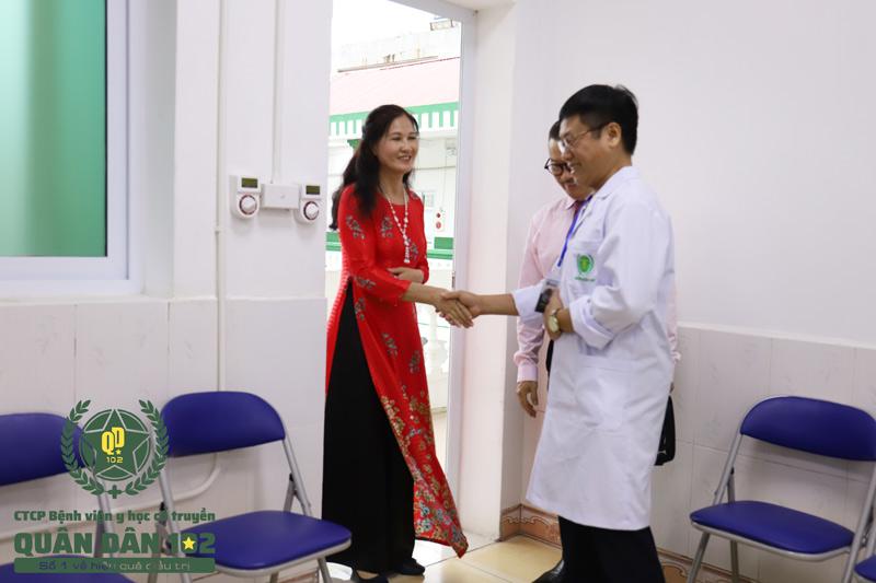 NSƯT Thanh Hiền khi gặp lại các bác sĩ tại Quân dân 102