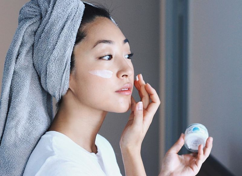 Người bệnh nên thoa kem dưỡng ẩm cho làn da để phòng ngừa bệnh