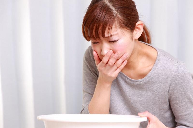 Trào ngược dạ dày viêm họng hạt do dịch vị thường xuyên đi ngược lên, làm tổn thương niêm mạc họng