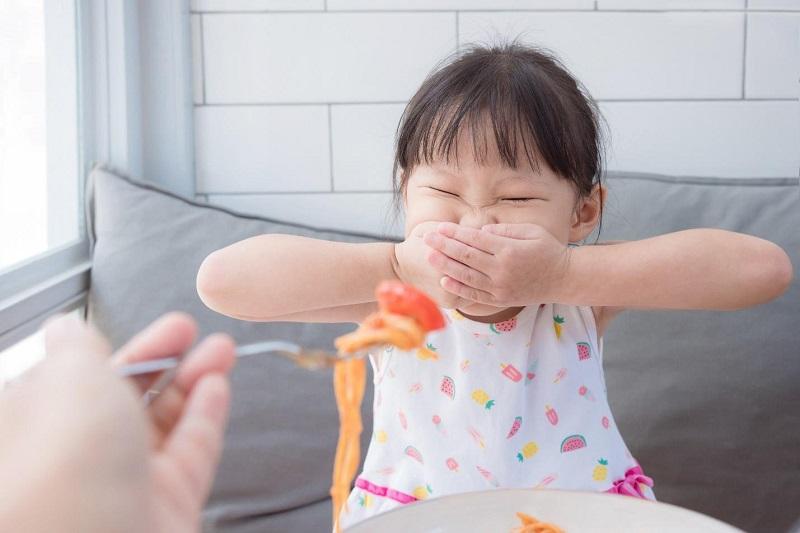 ác bậc phụ huynh thường ép con ăn quá no, ăn nhiều là nguyên nhân dẫn tới trẻ 7 tuổi bị trào ngược