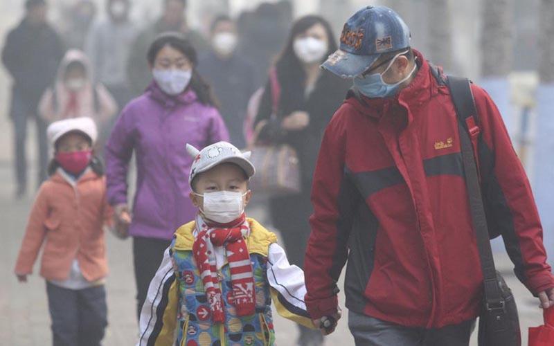 Tiếp xúc với môi trường ô nhiễm cũng là nguyên nhân trẻ bị ho kéo dài.