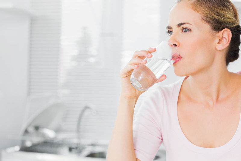 Người bị tiểu rắt nên uống đủ nước mỗi ngày