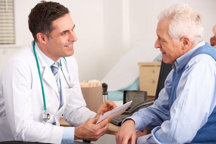 Người già nên đến bệnh viện thăm khám và chữa viêm đường tiết niệu sớm nhất