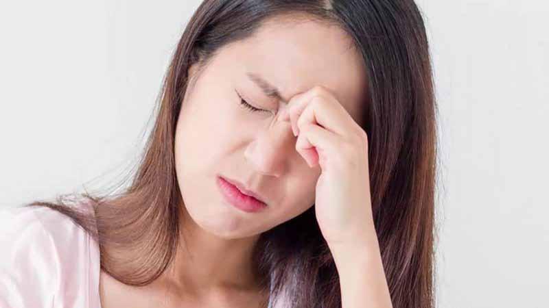 Những dấu hiệu đầu tiê đầu tiên của bệnh là đau mỏi cột sống cổ, hoa mắt, chóng mặt,...