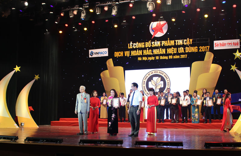 Bác sĩ Phương đại diện Trung tâm lên nhận giải thưởng