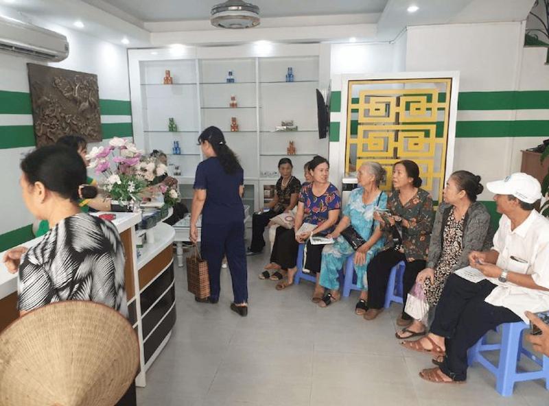 Đông đảo người dân tìm đến Trung tâm Thuốc dân tộc Quảng Ninh để được bác sĩ Thái thăm khám