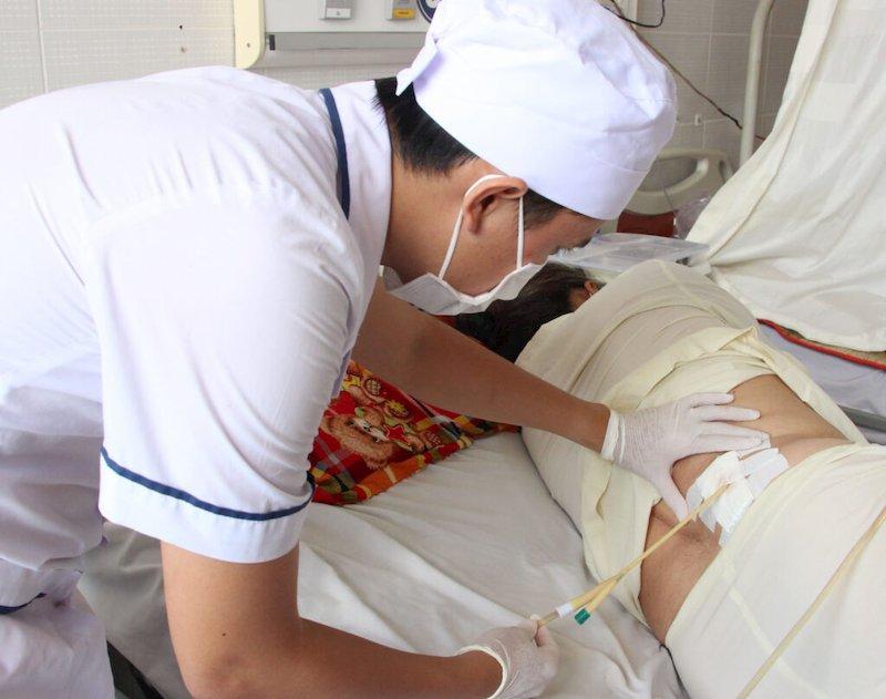 Bệnh nhân cần được kiểm tra sức khỏe thường xuyên để phát hiện biến chứng sau mổ kịp thời