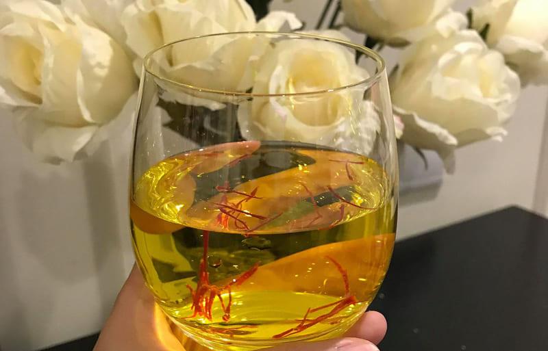 Pha nhụy hoa nghệ tây với nước, cách dùng đơn giản nhất