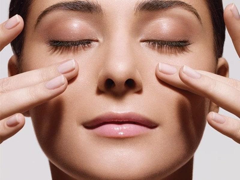Massage mắt để đánh tan bọng mắt