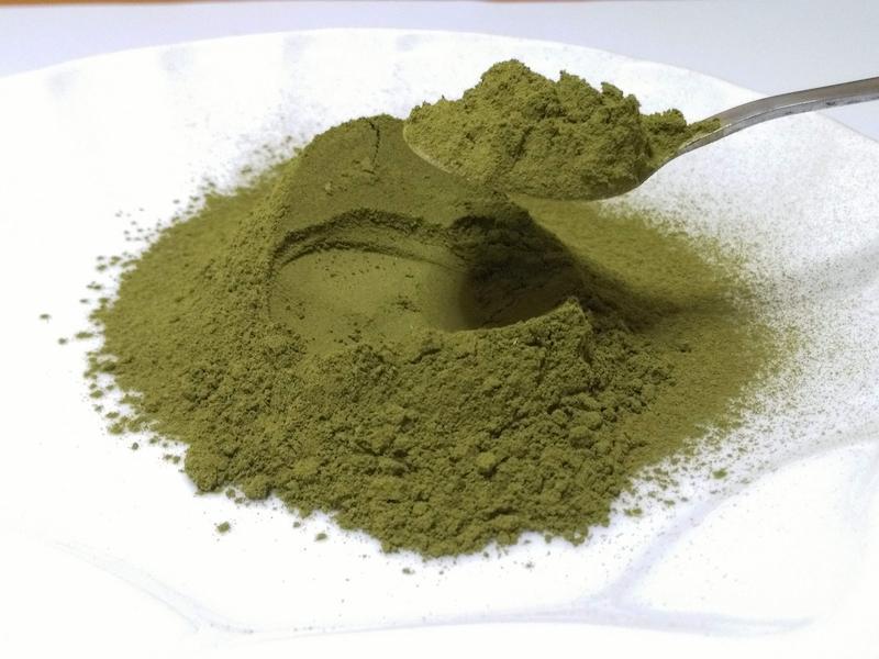 Có thể dùng bột trà xanh kết hợp với sữa chua, dầu oliu, mật ong,... để trị mụn