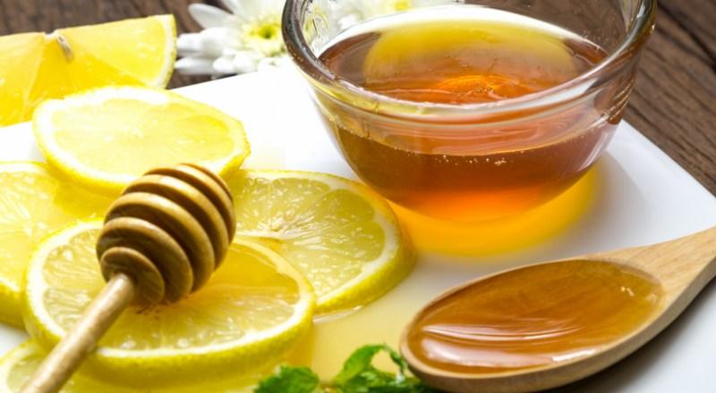 Sử dụng mật ong với chanh là cách trị mụn tại nhà đơn giản nhưng cực kỳ hiệu quả