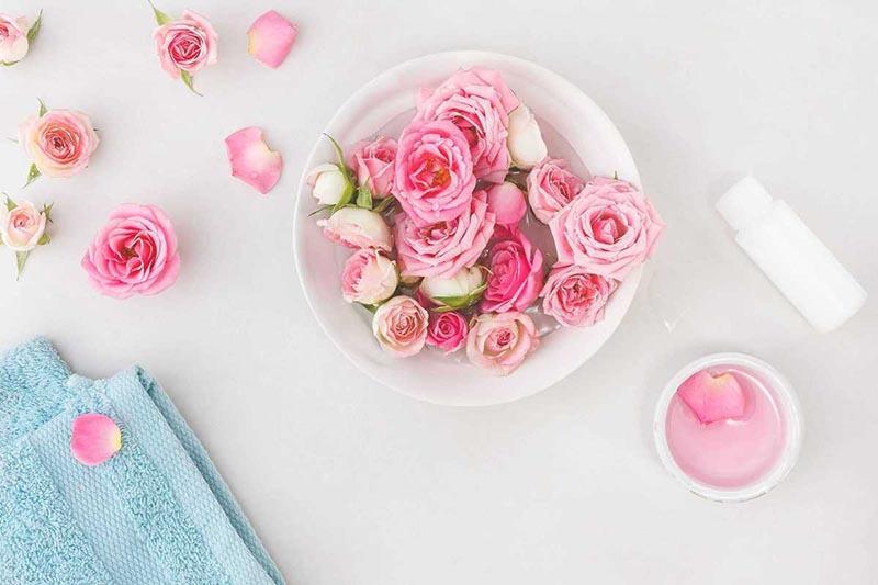 Nước hoa hồng không chỉ làm dịu da mà còn loại bỏ quầng thâm mắt nhanh chóng
