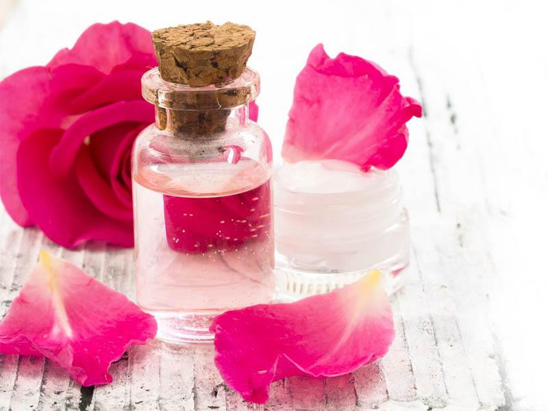 Sử dụng nước hoa hồng tẩy da chết giúp đôi môi tươi hồng nhanh chóng