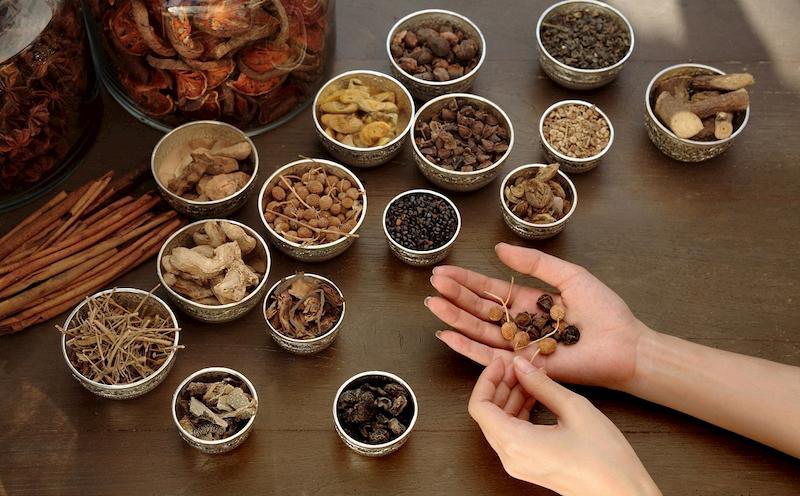 Có thể sử dụng bài thuốc Đông y dạng uống, ngâm rửa hoặc bôi để trị bệnh