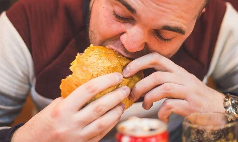 Ăn quá nhanh sẽ khiến cơ thể bị chướng bụng, khó tiêu